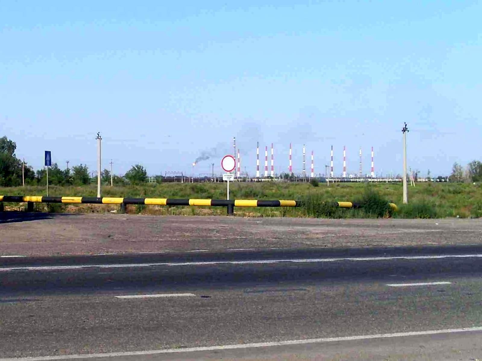 Факелы и трубы Астраханьгазпрома видны от пирамиды